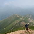 稜線を下ってスゴ乗越小屋、そして目の前の山を登り返す