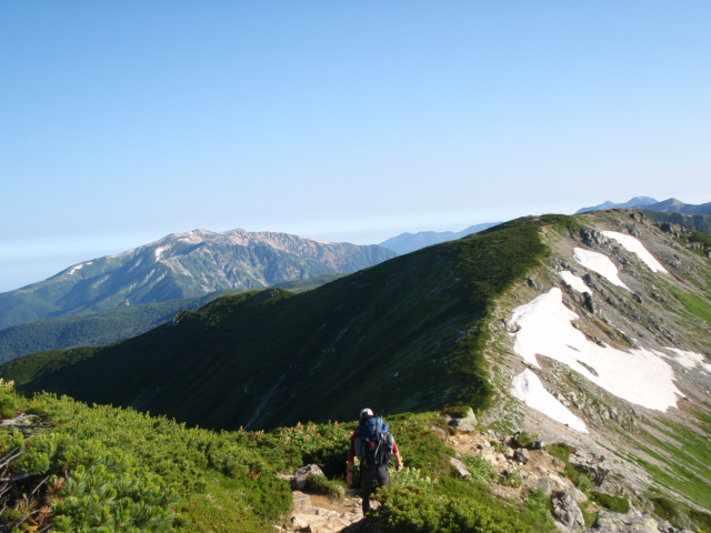 三俣蓮華岳はすぐ、遠くに薬師岳、大きい!