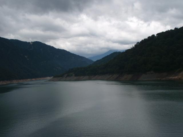 黒部ダムより歩いてきた山々を見る