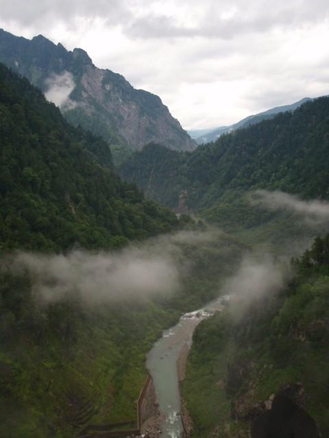 黒部ダムより、下に見える橋が登山道