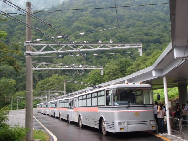 扇沢到着、日本でここだけのトロリーバス