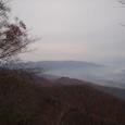 遠く関田山脈を望む